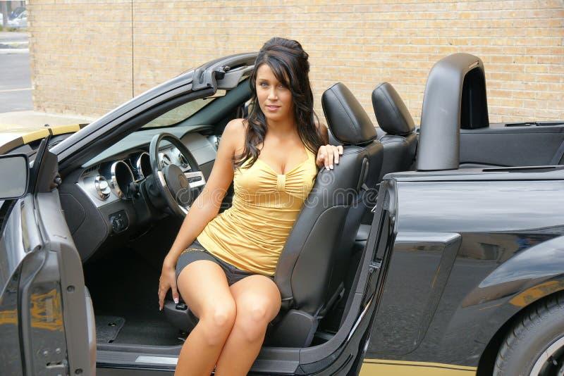 Montage de fille dans un véhicule photos libres de droits