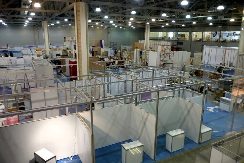 Montage von Ausstellungspavillons innerhalb des Industriegebäudes lizenzfreie stockfotografie