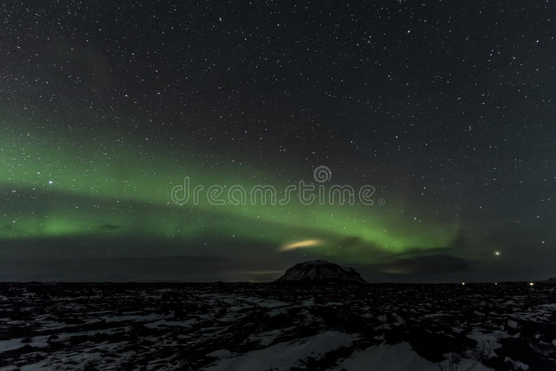 Montagem acima Búrfell Islândia da aurora boreal foto de stock