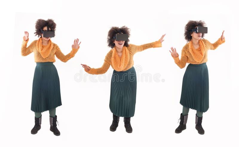 Montagem com a jovem mulher que tem o divertimento com vidros da realidade virtual imagens de stock