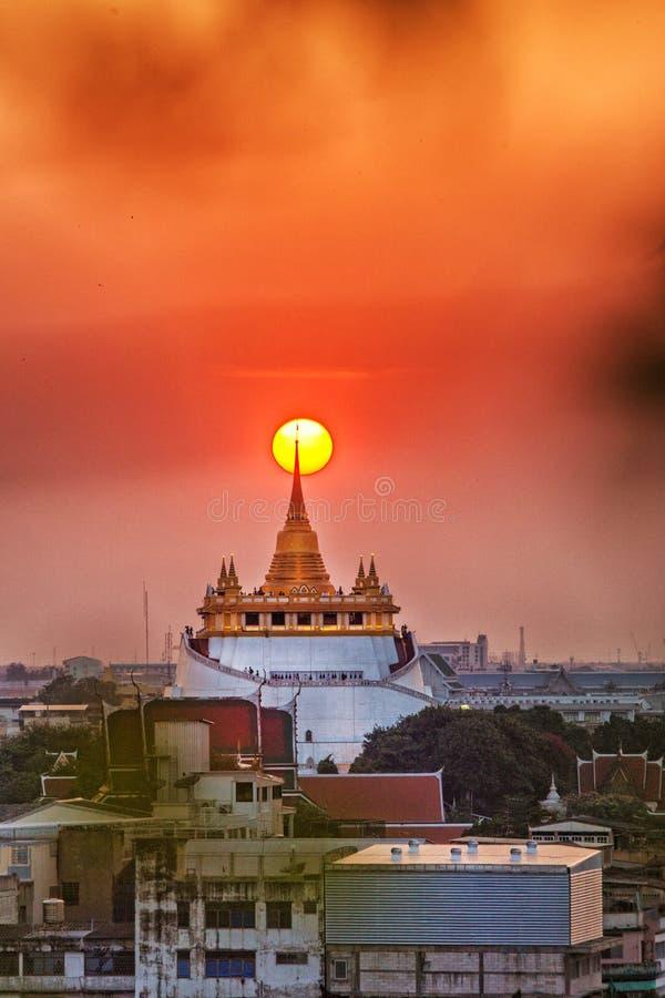 A montagem dourada no templo de Wat Sraket Rajavaravihara imagens de stock
