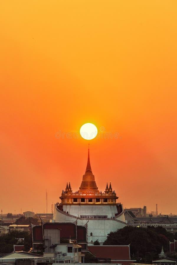 A montagem dourada no templo de Wat Sraket Rajavaravihara fotografia de stock royalty free