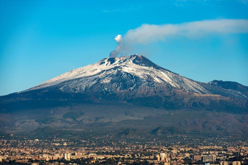 Montagem Etna Volcano e Catania - Sicília Itália imagens de stock