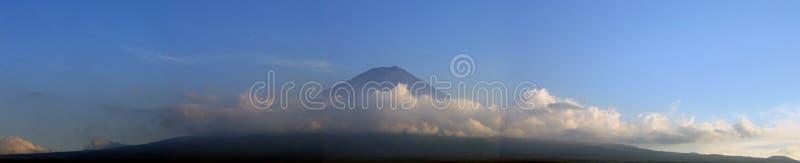 Montagem Fuji cercado por nuvens - panorama imagens de stock royalty free