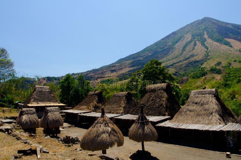 Download Montagem Inerie E Casas Da Vila De Bena Foto de Stock - Imagem de indonésia, montagem: 16872080