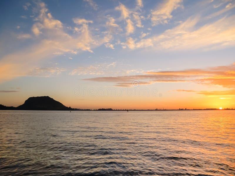 Montagem Maunganui mostrado em silhueta no horizonte imagem de stock