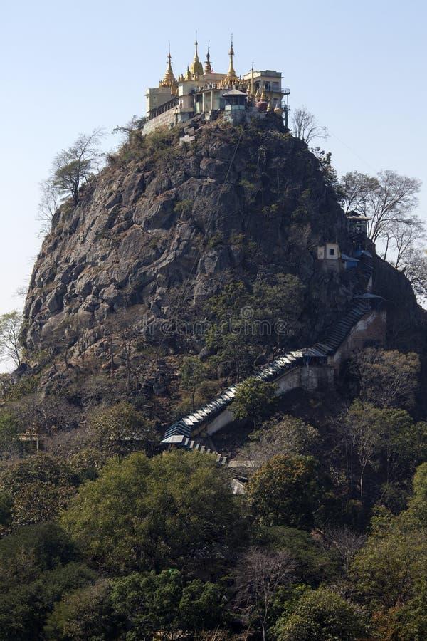 Montagem Popa Temple - Myanmar fotografia de stock