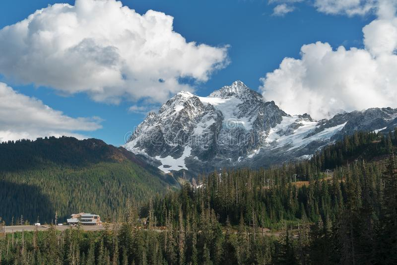 Montagem Shuksan e lago picture no padeiro Wilderness foto de stock