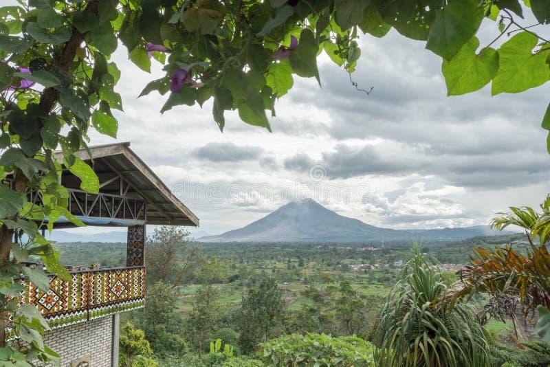 Montagem Sinabung com moldação natural fotografia de stock royalty free