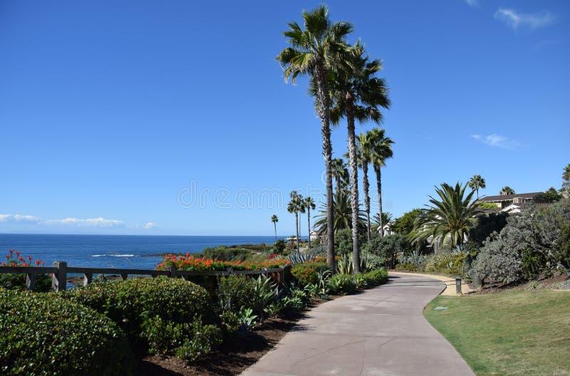 Montagesemesterorten parkerar och gångbanan för offentligt tillträde i södra Laguna Beach, Kalifornien royaltyfri bild