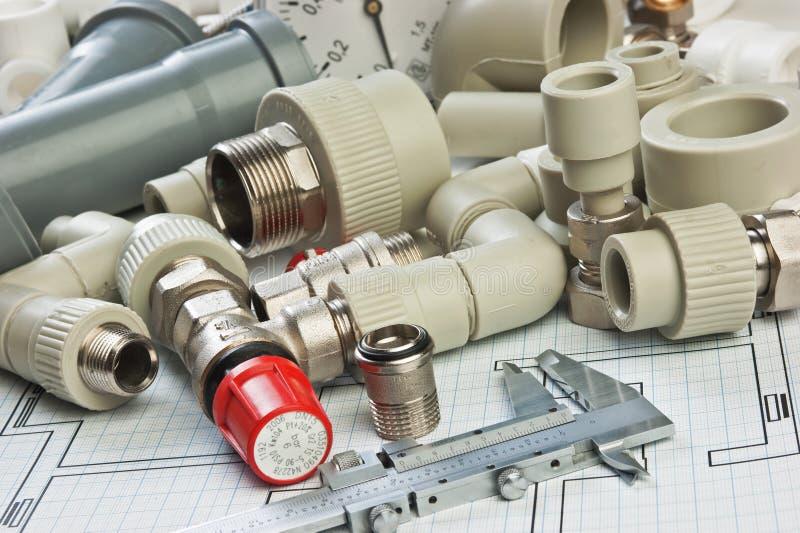 Montaggi dell'impianto idraulico sul disegno fotografie stock libere da diritti