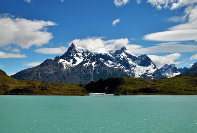 Montagna attraverso il lago immagine stock