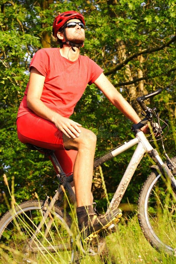montagna biking dell'uomo immagine stock