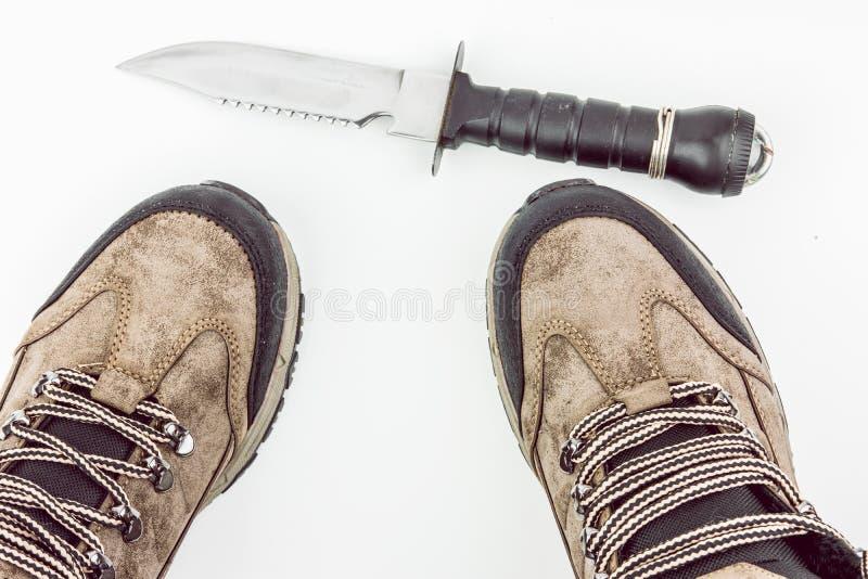 Montagna che fa un'escursione gli stivali con il coltello di caccia immagini stock libere da diritti