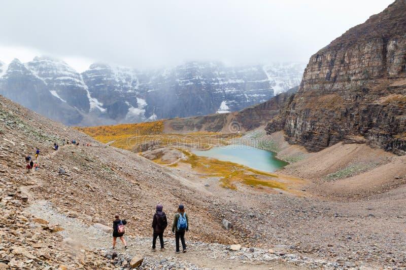 Montagna che fa un'escursione nelle Montagne Rocciose canadesi fotografie stock