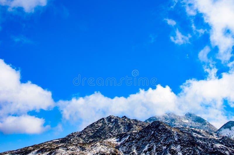Montagna con cielo blu fotografie stock libere da diritti