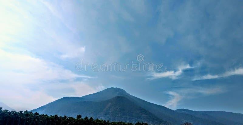 Montagna con il Tamil Nadu India di Coimbatore del fondo del cielo immagine stock