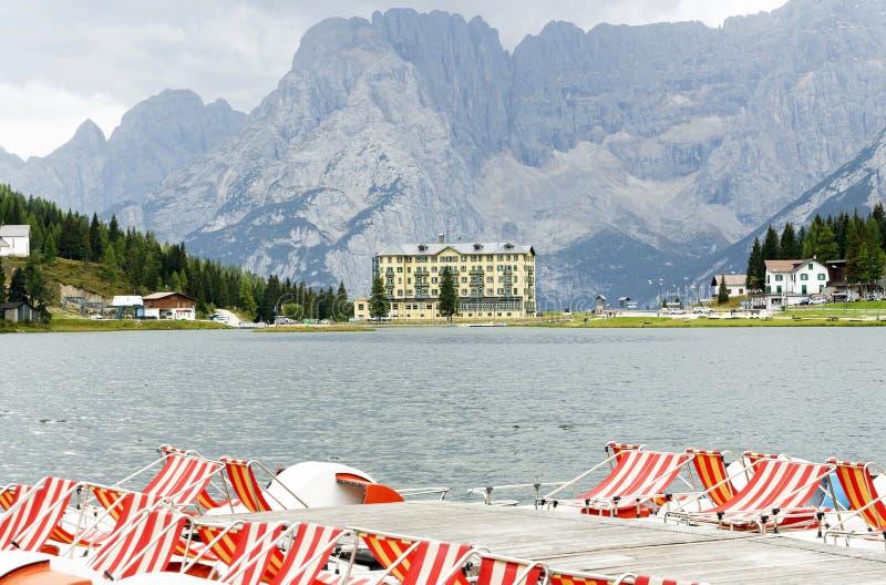 Montagna del lago e di Sorapiss Misurina nei precedenti immagini stock libere da diritti