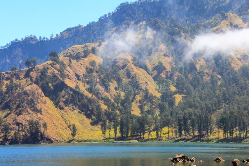 Montagna del vulcano e del lago di Rinjani Indonesia fotografia stock