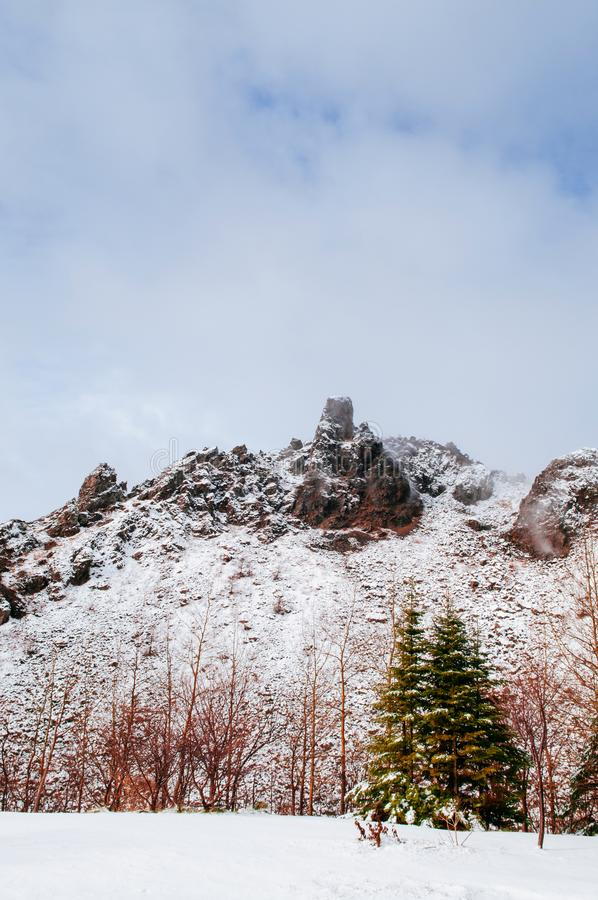 Montagna dell'Hokkaido Usuzan nella neve di inverno con il fogliame di autunno e fotografie stock