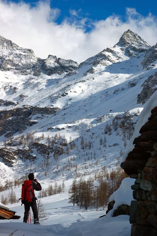Montagna della neve di Trekker fotografia stock libera da diritti