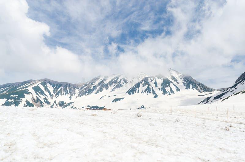 Montagna della neve sull'itinerario alpino del kurobe di tateyama, alpi del Giappone immagine stock libera da diritti