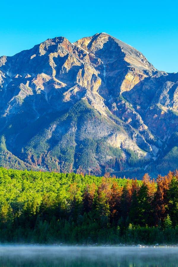 Montagna della piramide in Jasper National Park Alberta Canada fotografie stock