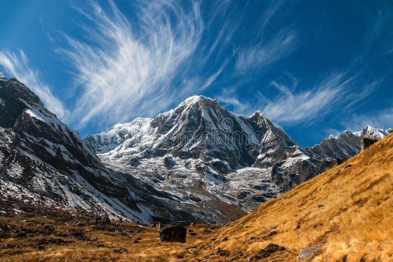 Montagna di Annapurna nel Nepal su un pomeriggio soleggiato fotografia stock