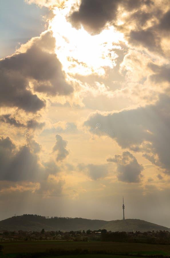 Montagna di Avala a Belgrado, Serbia con il bello tramonto e le nuvole pesanti fotografie stock libere da diritti