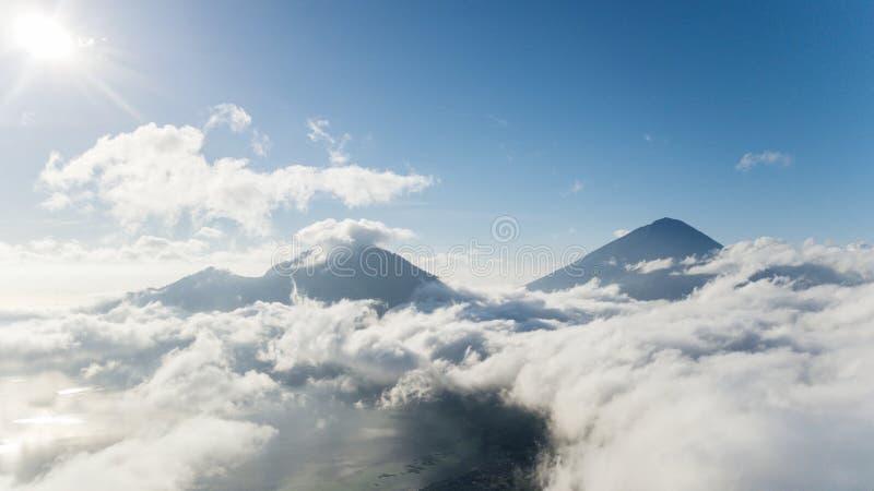 Montagna di Batur vicino al lago Batur alla mattina nebbiosa fotografie stock