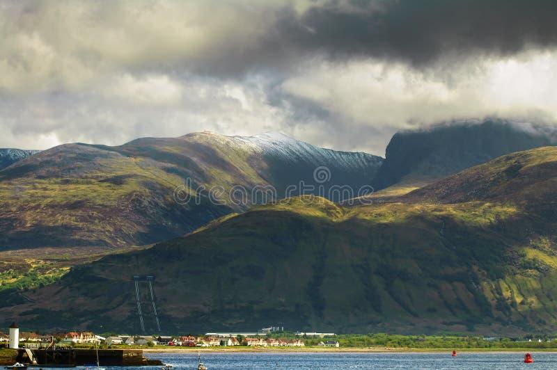 Montagna di Ben Nevis e città di Fort William Paesaggio in altopiani fotografia stock libera da diritti