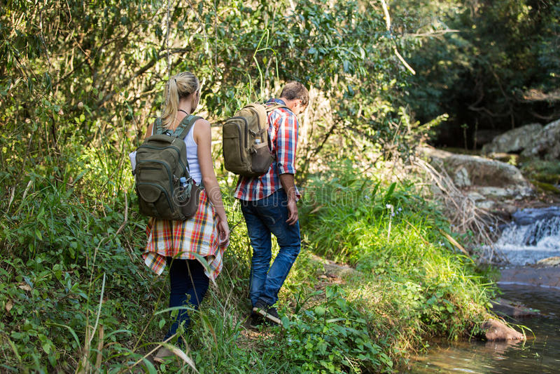 Montagna di camminata delle viandanti fotografie stock libere da diritti