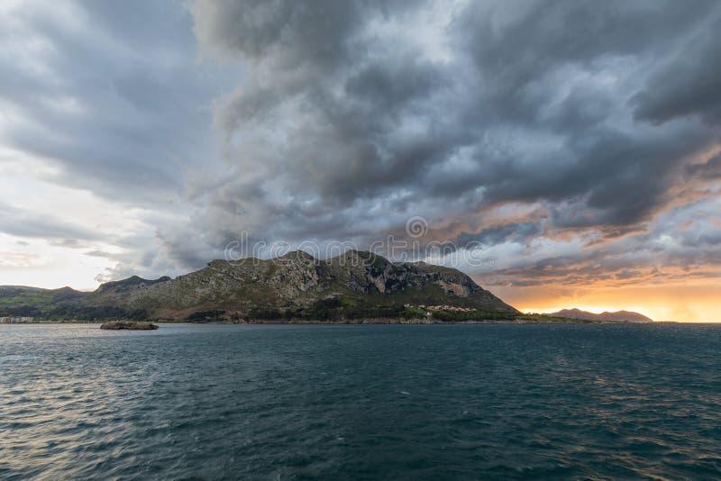 Montagna di Candina in Sonabia, Cantabria fotografia stock
