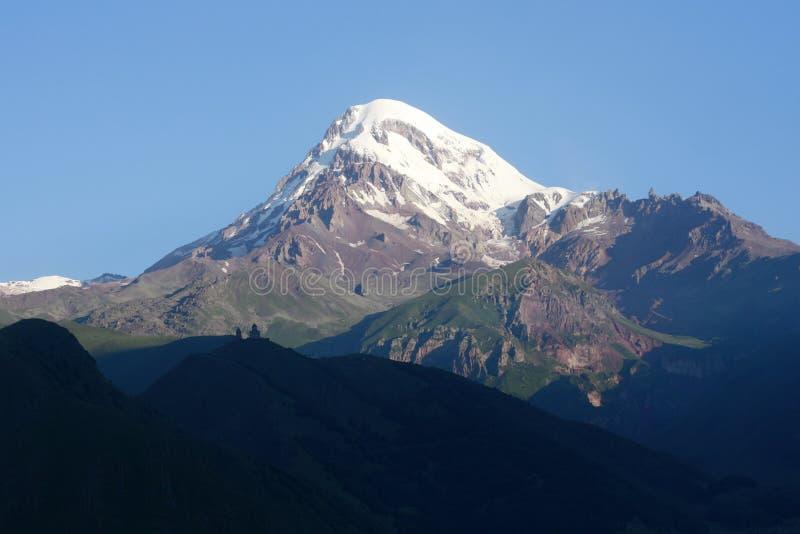 Montagna di Caucaso della chiesa di Gergeti Georgia fotografie stock