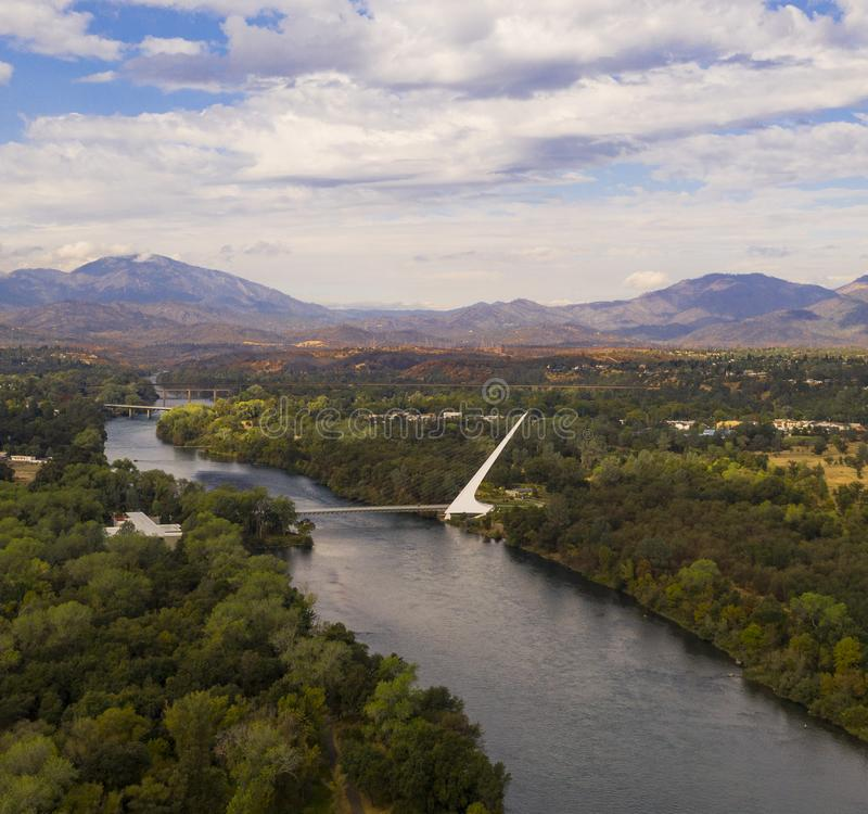 Montagna di Choop dello spaccone del fiume Sacramento Redding California di vista aerea immagini stock