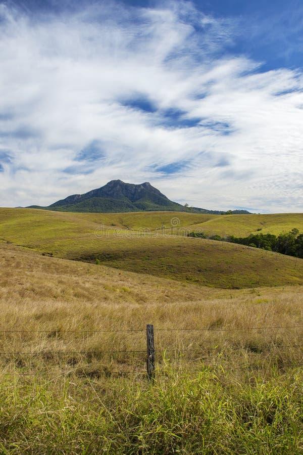Montagna di entroterra e campo nell'orlo scenico, Queensland immagine stock