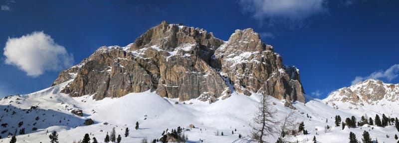 Montagna di Lagazuoi come visto da Passo Falzarego nell'inverno, dolomia, ` Ampezzo, Belluno, Veneto, Italia della cortina d fotografia stock libera da diritti