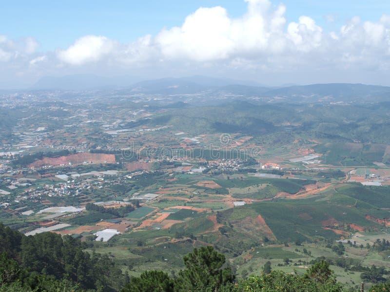 Montagna di Langbiang, città di Dalat, Vietnam - un giorno nebbioso fotografia stock