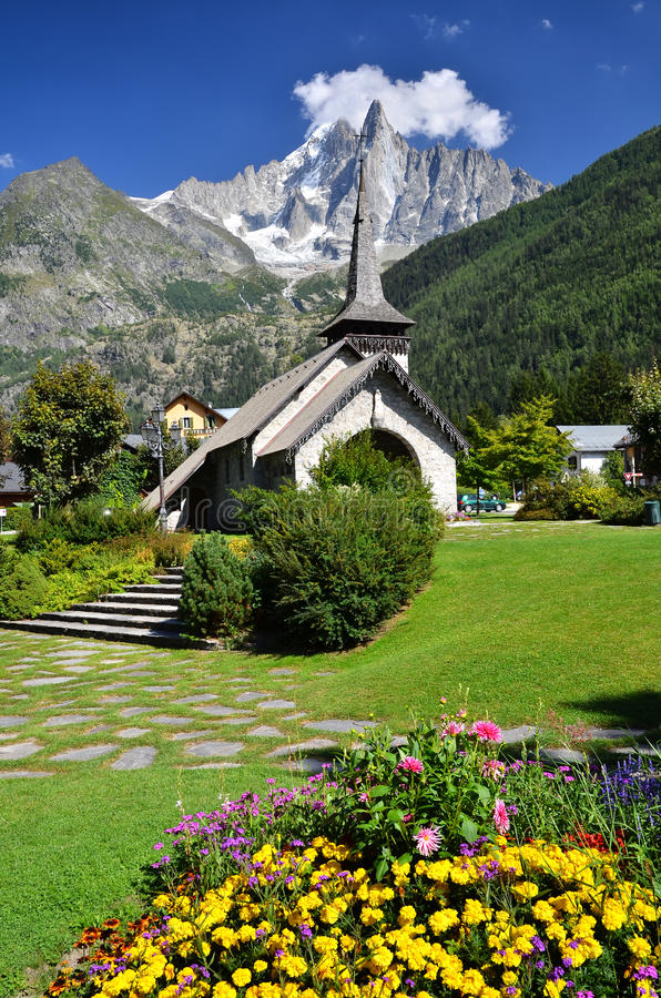 Montagna di Les Praz de Chamonix e di Aiguille Dru fotografia stock