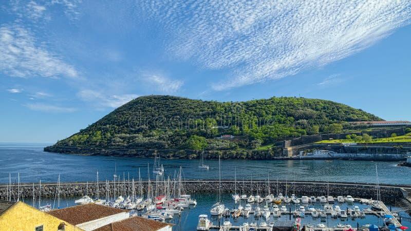 Montagna di Monte Brasil e porticciolo, Angra, Terceira, Azzorre fotografie stock libere da diritti