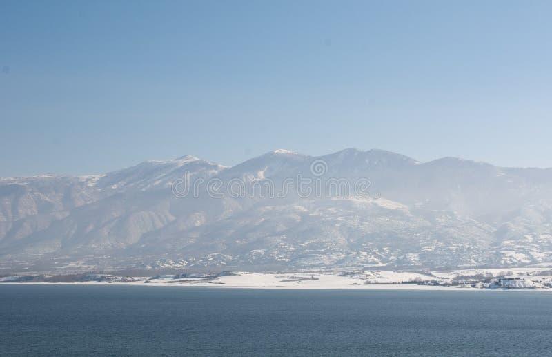 Montagna di Olympus Vista da Techniti Limni Polifitou fotografie stock