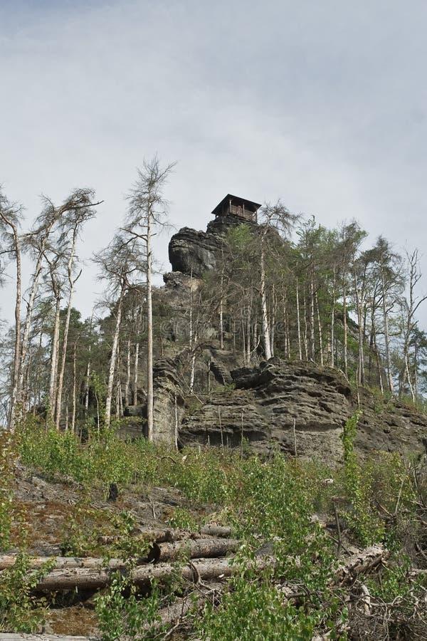Montagna di pietra con la casetta fotografia stock libera da diritti