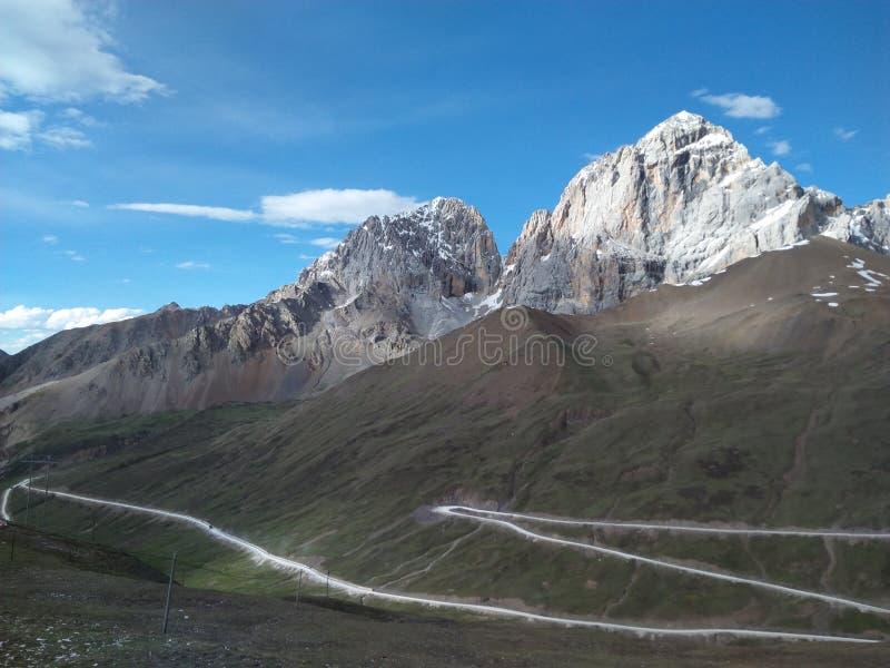 Montagna di pietra e la strada della montagna di zigzag immagine stock libera da diritti