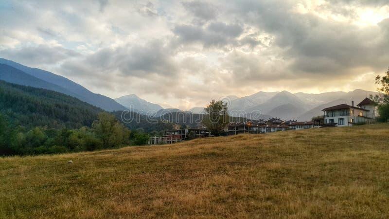 Montagna di Pirin e città di Bansko immagini stock libere da diritti