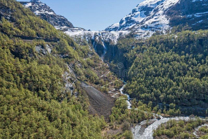 Montagna di Snowy e strada di zigzag immagini stock