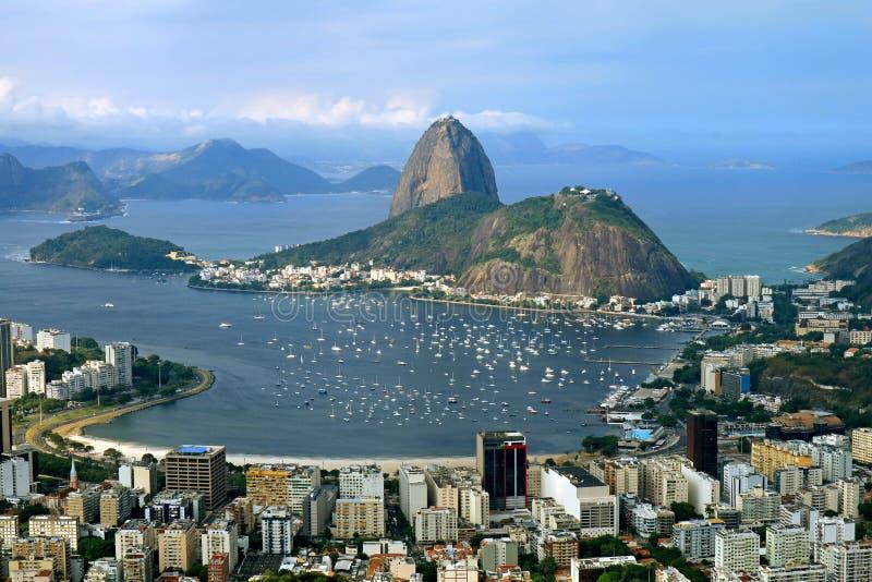 Montagna di Sugarloaf o Pao de Acucar, il punto di riferimento famoso di Rio de Janeiro come visto dalla collina di Corcovado, Br fotografia stock