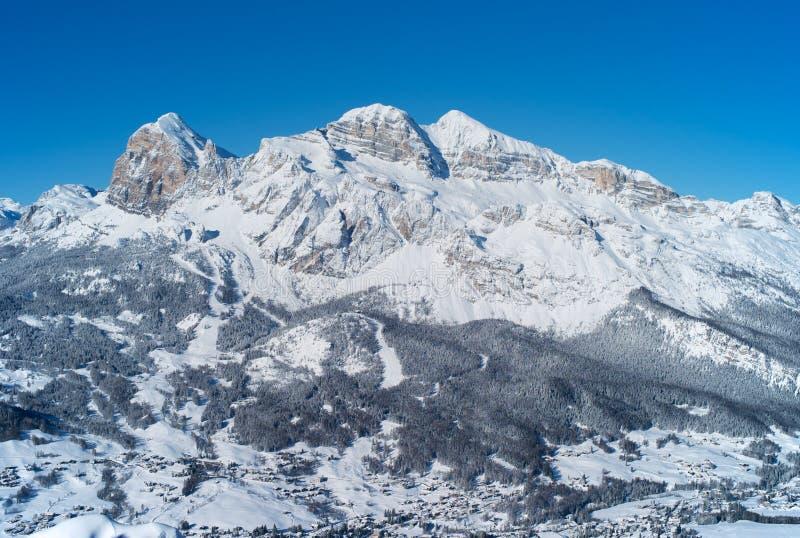Montagna di Tofana nell'inverno, coperto di neve, cortina d Ampezzo, Italia immagini stock libere da diritti