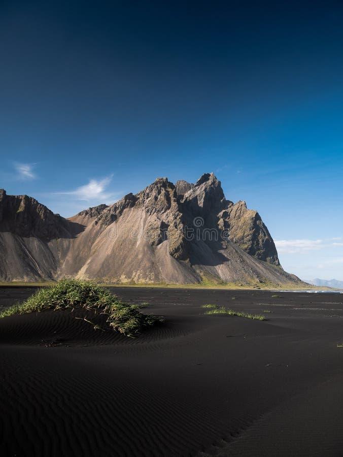 Montagna di Vestrahorn alla penisola di Stokksnes in Islanda fotografia stock libera da diritti