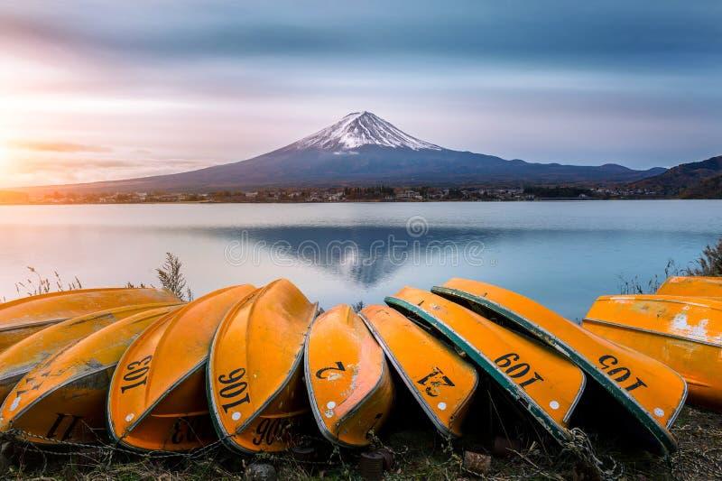Montagna e barca di Fuji nel lago Kawaguchiko, Giappone fotografie stock libere da diritti