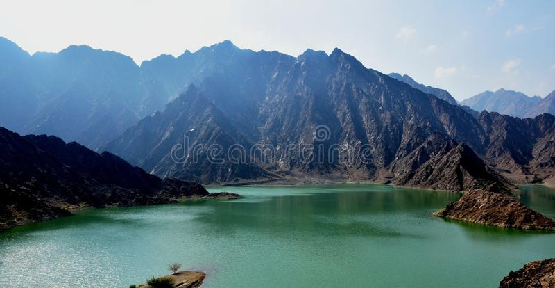 Montagna e diga di Hatta nei UAE immagini stock